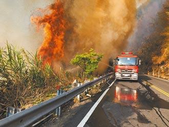大火狂燒落石不斷 阿里山封路