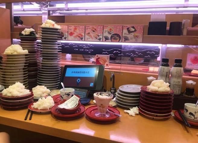 許多民眾改鮭魚吃免費壽司,員工心痛曝收桌畫面,驚見比假日多六倍的廚餘量。(圖/翻攝自靠北壽司郎)
