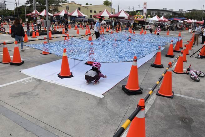 苗栗縣首場幼兒滑步車競賽,首日登場賽事是障礙賽,參賽幼童爬伏過關。(謝明俊攝)。