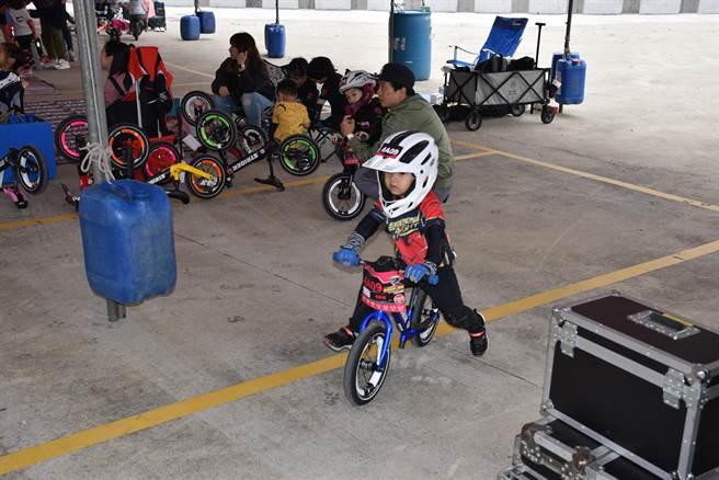 幼兒滑步車非常注重安全,目前已有幼兒專用的安全頭盔及護具。(謝明俊攝)