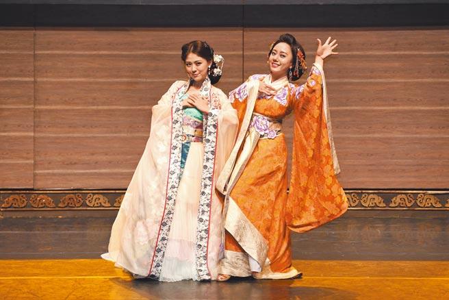 卓文萱(左)和高慧君在《情人哏裡出西施》分別飾演西施、東施。(全民大劇團提供)
