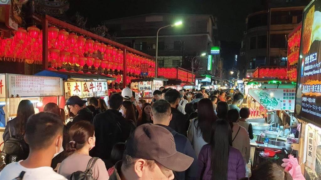 周六晚間,士林夜市人潮爆滿。(圖/摘自何志偉臉書)