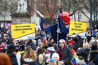 德逾萬人上街抗議防疫限制 警動用水柱警棍驅散