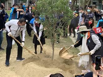 響應全球「兆」樹計畫 侯友宜永和國小種樹