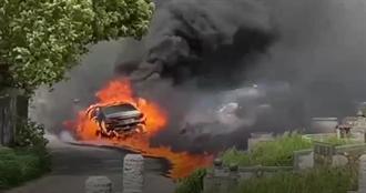 公墓旁百萬BMW燒成火球 詭異起火網看傻:整輛給祖先