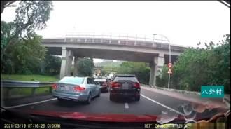 匝道互尬 BMW狂打燈賓士死不給插隊 網看傻:幼稚園嗎?