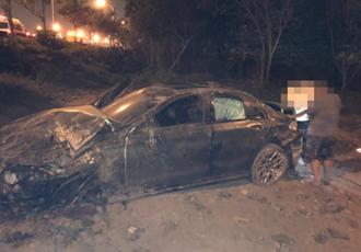 國1飆速失控 轎車撞斷路燈「飛車」翻邊坡4傷 1人甩飛車外
