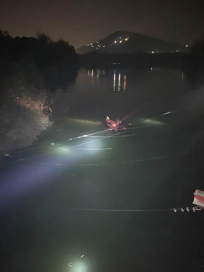 消防人員出動救生艇搜救,終於在晚間8點26分找到陳侯女士,被撈起時已明顯死亡。(警消提供/林雅惠高雄傳真)