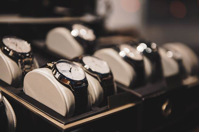 國內1間知名保全公司員工驚爆假藉維修警報器名義,竟偷走某綠能科技公司董事長3只要價162萬6500元的名錶。(示意圖/Shutterstock提供)