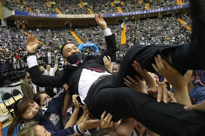 世新大學女籃拋起教練何正峰慶祝2連霸。(鄭任南攝)