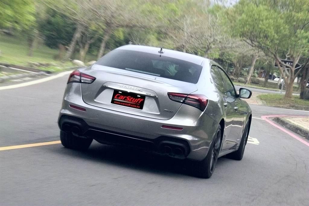 雖然Ghibli MHEV的聲覺饗宴不如3.0升動力,但關乎操控的重要「武器」依然沒有少,後軸機械式限滑差速器同樣是標準配備,而GranSport車款還追加了Skyhook電子懸吊,同樣擁有最具Maserati風格的駕馭感:超靈活不甚安定的車尾反應,尤其大角度轉動方向盤過髮夾彎時更多的甩帶彎感覺,都是Maserati車系與相近價位德系競爭對手明顯不同的特色強項。