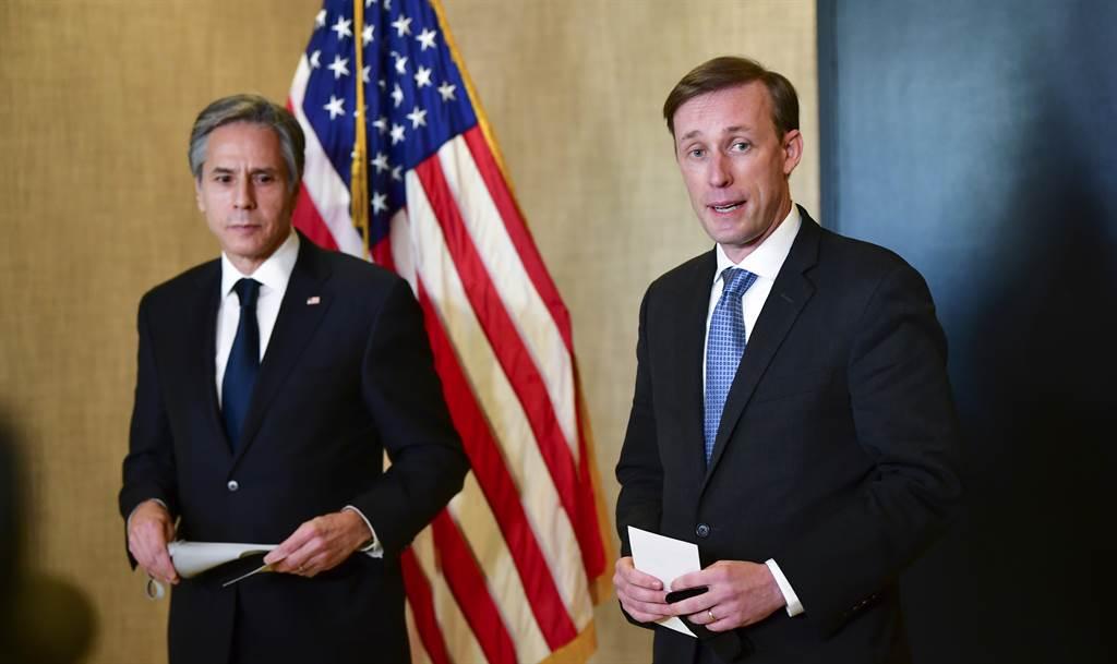 在阿拉斯加舉行的兩國最高外交官員會談中,雙方刺耳的對話只會加劇美中關係惡化。美方其實可以先扭轉川普政府一些不留退路的措施,以緩和美中緊張關係。圖為美國國務卿布林肯(左)與國家安全顧問蘇利文。(圖/美聯社)