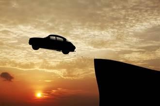 玩命關頭!汽車失控暴衝 騰空飛躍30公尺迫降體育館屋頂
