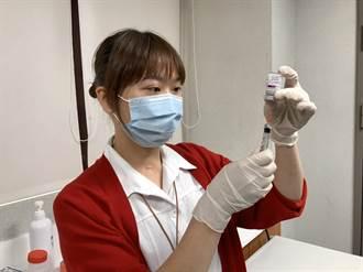 【AZ開打】基隆醫護接種 醫生開心拍照留念