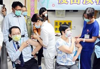 【AZ開打】屏東1100劑疫苗到位 屏基院長帶頭施打