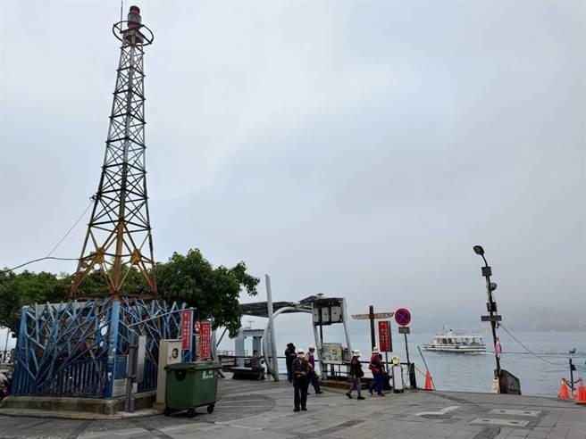 淡水金色水岸渡船頭旁,有座108年歷史的燈杆,雖引導船隻入港功能被取代,「彩虹燈杆」仍被視為重要地標(戴上容攝)