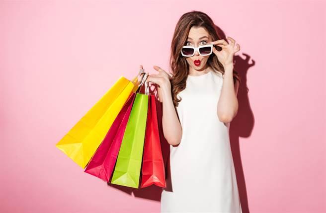購物可以帶來快樂,但過度揮霍卻可能帶來空虛感。(圖/Shutterstock)