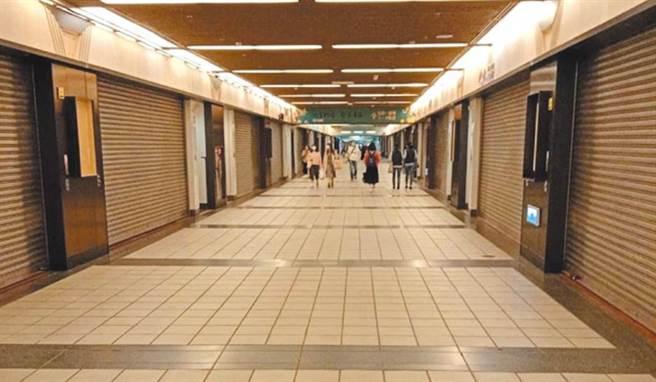 台北市東區逐漸走向沒落,逛街人潮不再。(圖為捷運地下街。資料照)