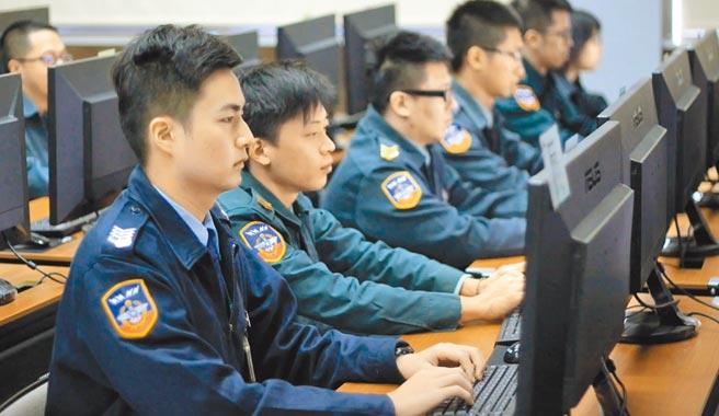 美國將中國網軍攻擊視為對全球資安的嚴重威脅,台灣位處於網路作戰的前沿,我國軍積極培訓資電通實力(見圖),並與美軍交流合作。(摘自國軍人才招募中心)