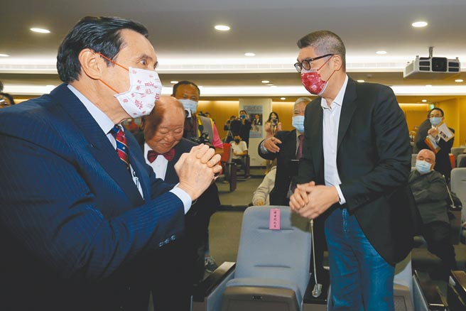 國民黨智庫副董事長連勝文(右)表示,黨內有非常多優秀的總統候選人。圖為前總統馬英九(左)和連勝文21日出席總統府前資政趙守博的新書發表會,兩人拱手致意。(黃世麒攝)