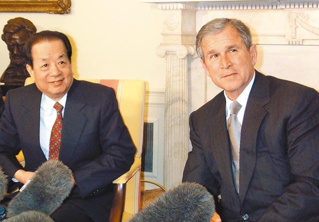大陸已故前副總理錢其琛,2001年3月與時任美國總統布希在白宮會晤。(中新社)