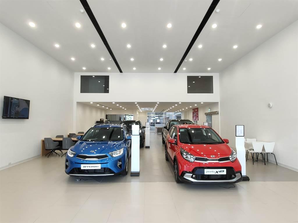 KIA新竹旗艦展示中心佔地超過450坪,以簡約優雅的設計風格、搭配帶有溫度的木紋材質,營造出溫馨且富有人文風味的賞車氛圍。