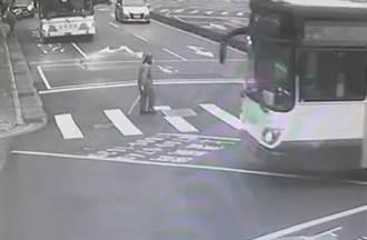 信義區老婦遭輾斃最後身影曝光 司機與乘客「無感」正常上下車