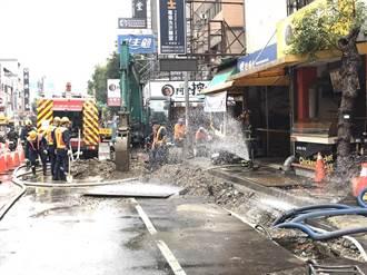 中市黎明路商圈挖斷管線瓦斯大量外洩 警消灑水警戒