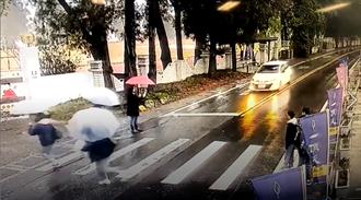 無良駕駛 開車強行穿過斑馬線學生隊伍 影片曝光網友罵翻