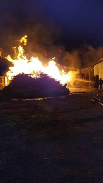 萬丹豆皮工廠大火 警消引水田灌溉用水搶救