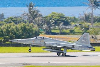兩架F-5E疑擦撞墜海 1殉職1失蹤!中尉羅尚樺送醫不治 上尉潘穎諄仍在搜救