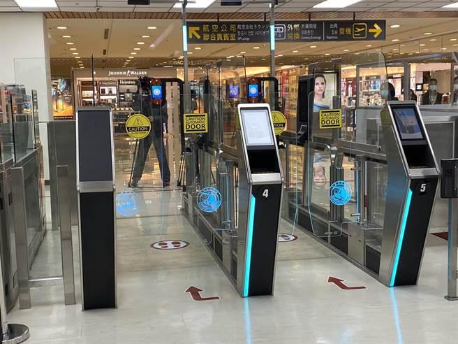 交通部在松山機場試辦「3e PASS」智慧通關。(陳祐誠攝)