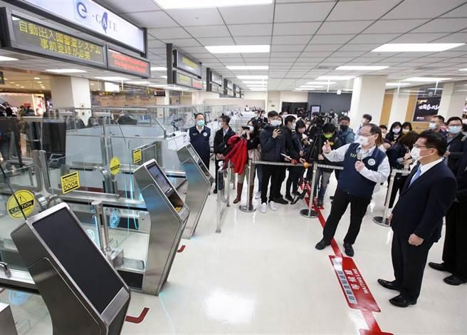 交通部長林佳龍(右)23日視察時表示,藉由科技不僅能降低查驗人力的負擔及不必要的接觸,也營造智慧機場的國門形象。(范揚光攝)