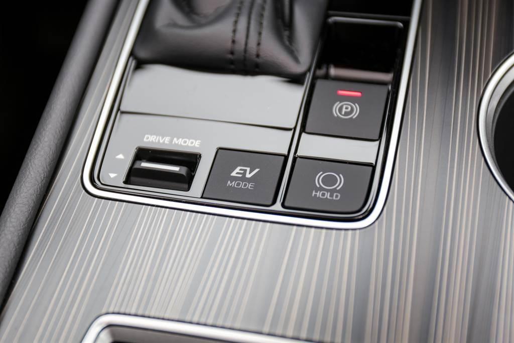 雖然並非主打運動性的車款,仍舊提供包含Sport/Normal/Eco等駕駛模式,而EV純電模式則僅限於低速使用。(陳彥文攝)