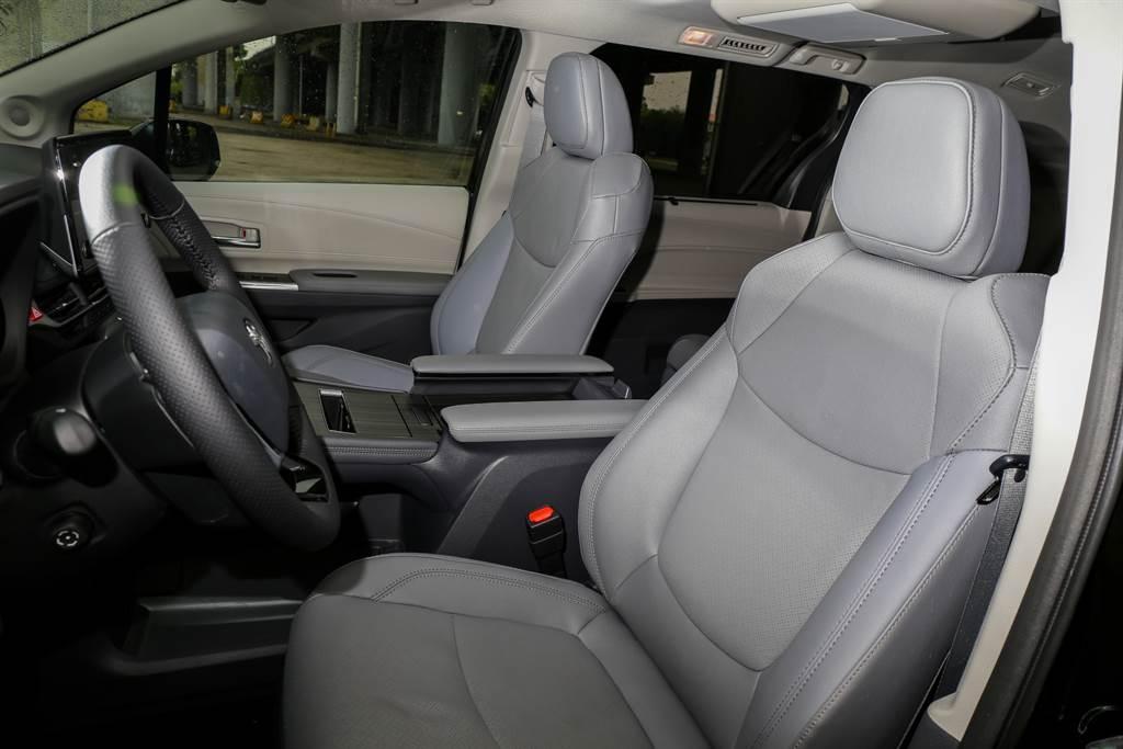 駕駛坐姿相當具有高底盤的SUV感覺,但實際上改款後的底盤高度反倒是下降一些。(陳彥文攝)