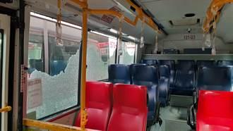 淡水公車撞屋簷玻璃碎滿地 司機淡定開回終點站遭開罰