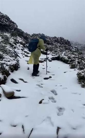 雪山罕降3月雪 圈谷積雪約達15公分