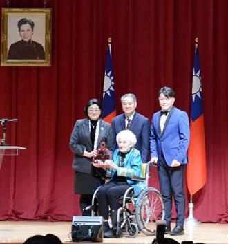 首屆「婦女卓越貢獻獎」 婦聯會頒贈彭蒙惠百萬