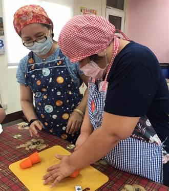 退休公務員加入伊甸志工 教身心障烹飪