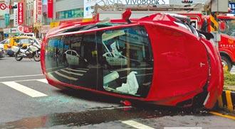 新北特斯拉自駕闖紅燈 撞翻3機車釀5傷