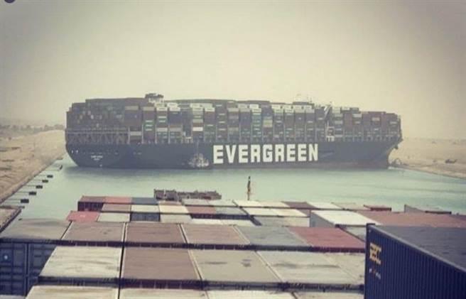 长荣海运超大型货柜轮长赐轮(Ever Given)昨通过苏伊士运河时疑遭强劲侧风吹袭搁浅。(翻摄自Julianne Cona IG)