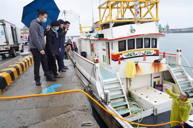 新竹漁港南側環境改善的周邊海岸環境改善工程,24日完工啟用。(陳育賢攝)