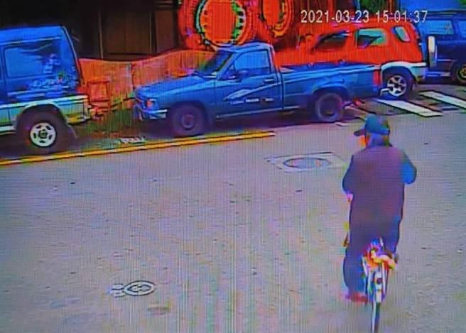 苗栗縣卓蘭鎮89歲詹姓老翁23日下午騎乘自行車,橫越卓蘭鎮農會前方道路時,遭貨車撞擊,老翁當場噴飛倒地不起,送醫急救仍不治。(民眾提供/巫靜婷苗栗傳真)