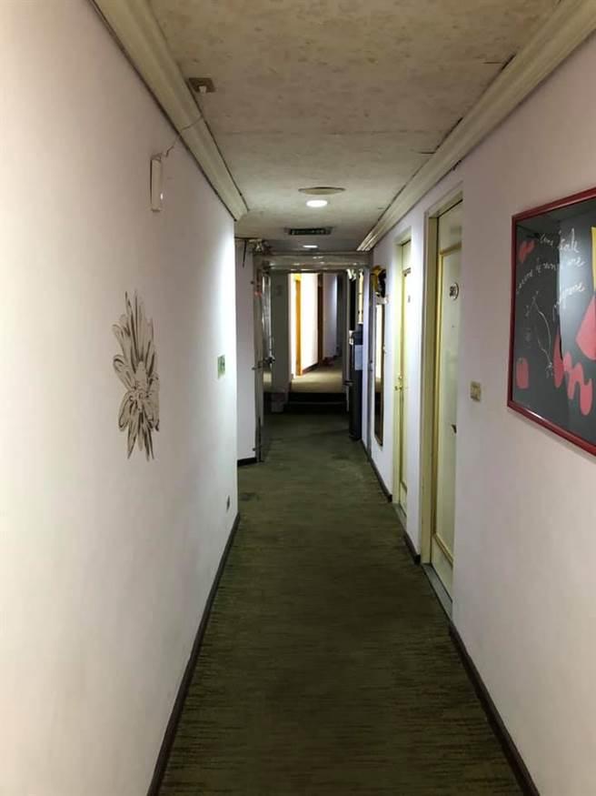 網友PO出飯店走廊。(圖/截自臉書 爆廢1公社)