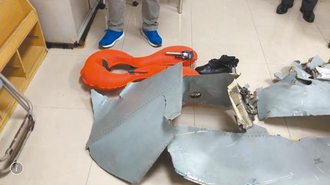 空軍台東基地2架F-5E戰機22日在屏東牡丹鄉旭海海域碰撞墜機,國軍漏夜搜尋失蹤飛官潘穎諄,23日在附近海岸線找到鞋子、救生衣和機體殘骸。(民眾提供)