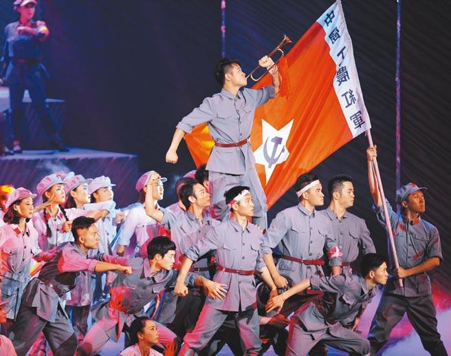 中共中央23日宣布百年黨慶系列慶祝活動,並表明將不會舉行閱兵。圖為先前貴州、陜西和河北三省紀念解放軍建軍的主題文藝演出。(新華社)