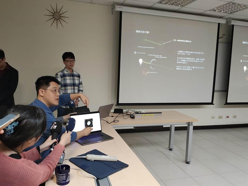 中研院天文所研究團隊現場展示並說明偏振光原理邏輯。(李侑珊攝)