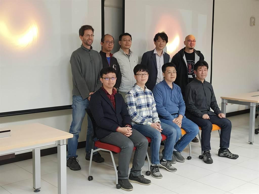 中央研究院天文及天文物理研究所團隊,今日舉行記者會,首度公布M87星系中心最新偏振光影像,有助了解黑洞磁場。(李侑珊攝)