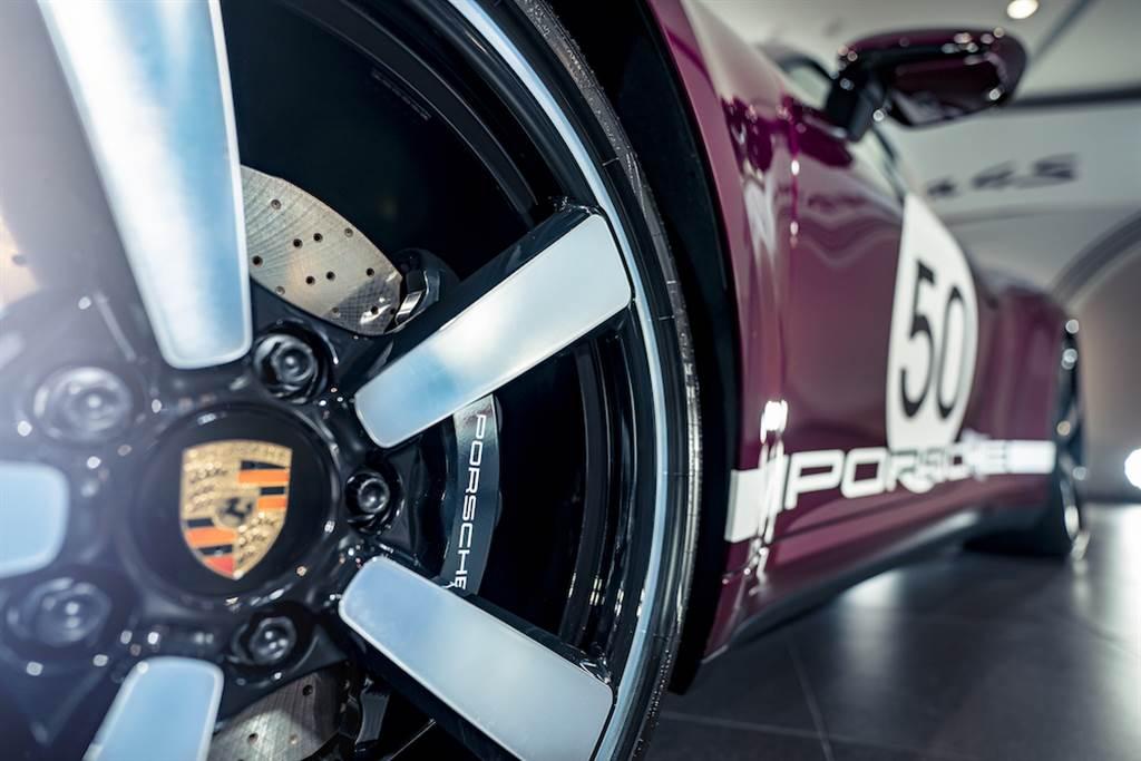 輔以標準配備的前20吋、後21吋 Carrera Exclusive Design輪圈與經典款式黑色煞車卡鉗,更強化經典外觀設計。