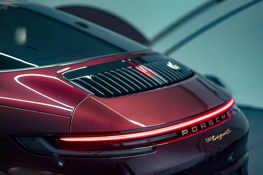 保時捷仍堅持結合敞篷車款的開蓬駕馭樂趣與Coupé車型的舒適安全性兩種概念,打造獨一無二的911 Targa。